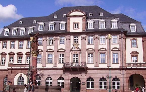 建于1386年的海德堡大学是德国最古老的大学,它的正式校名是鲁普莱希特-卡尔大学。这是为了纪念两位办学名人,鲁普莱希特选侯是海德堡大学的创始元勋,巴登的卡尔大公则是海德堡大学的再造恩公。今天海德堡大学已由最初的神学、法律、医学、文学4系发展成为拥有18个系、9000教职工、2.